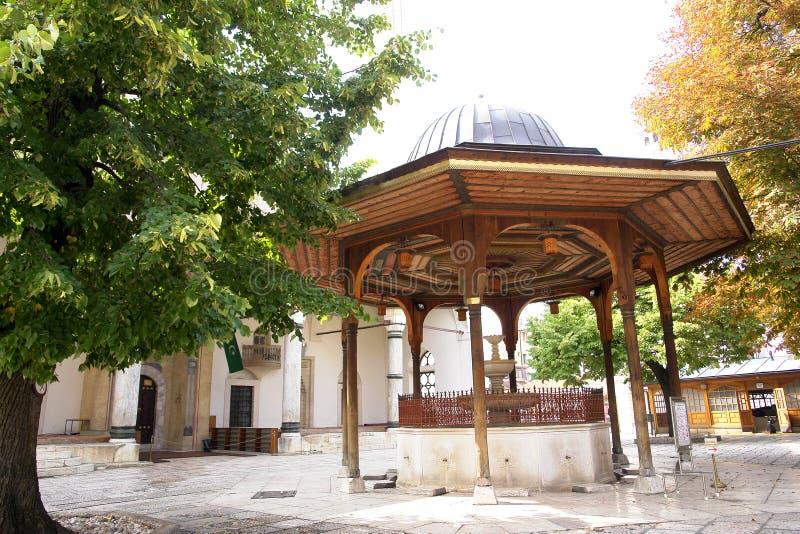 сараево мечети фонтана двора Боснии стоковые изображения rf