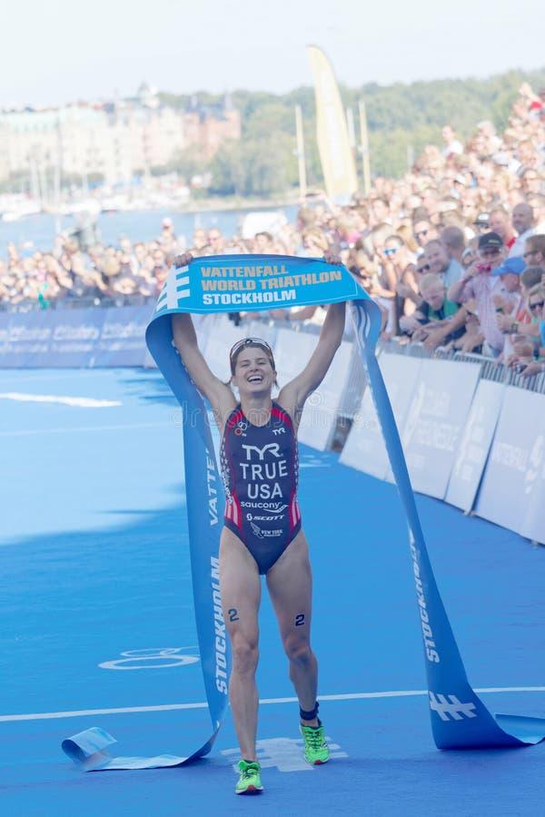 Сара верно счастливо после выигрывать конкуренцию триатлона стоковое изображение