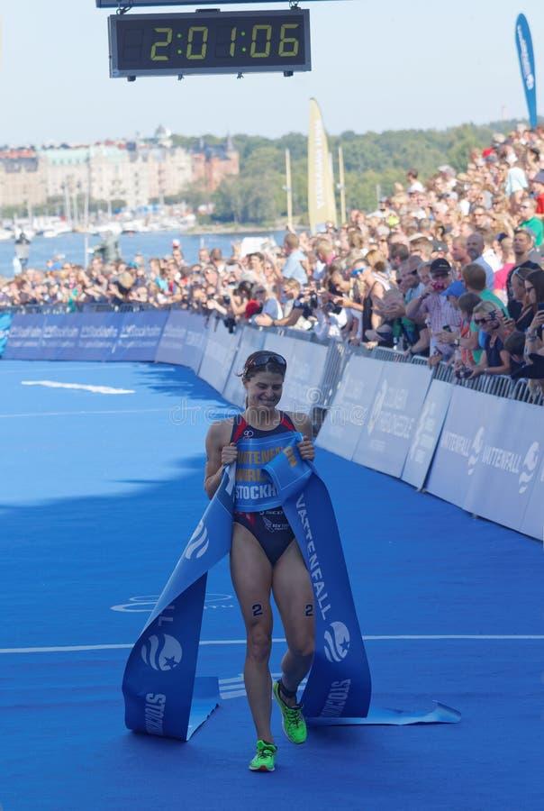Сара верно счастливо после выигрывать конкуренцию триатлона стоковая фотография