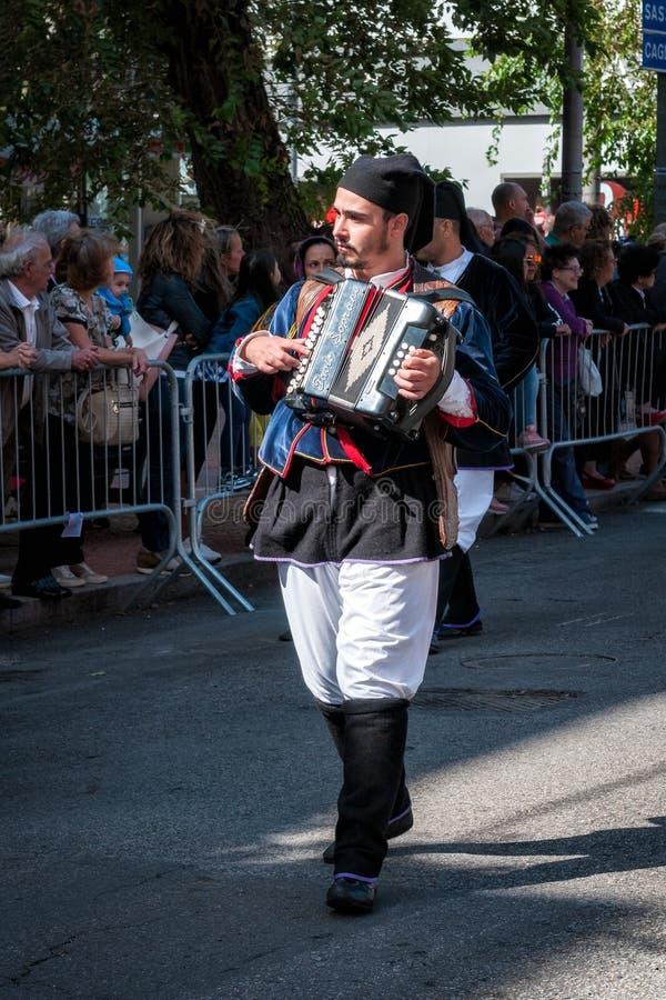 Сардиния, Италия Пиршество спасителя, музыканты на параде традиционных костюмов стоковое изображение rf