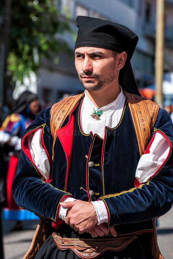 Сардиния, Италия Пиршество спасителя, традиционные костюмы проходит парадом стоковое изображение rf
