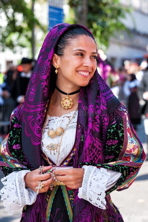 Сардиния, Италия Пиршество спасителя, традиционные костюмы проходит парадом стоковые изображения rf