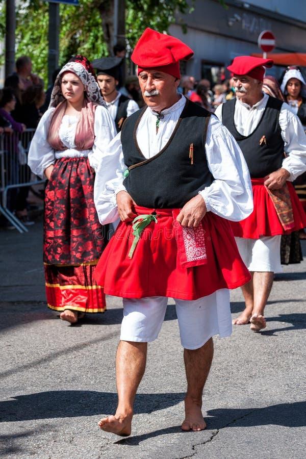 Сардиния, Италия Пиршество спасителя, традиционные костюмы проходит парадом стоковое изображение