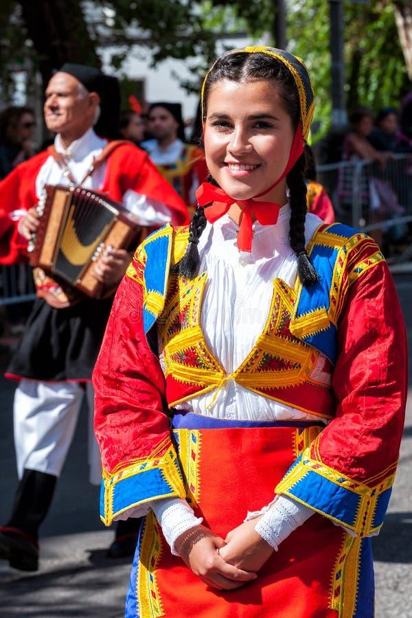 Сардиния, Италия Пиршество спасителя, традиционные костюмы проходит парадом стоковые изображения