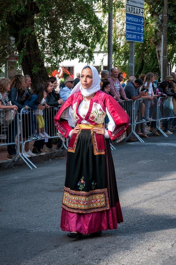 Сардиния, Италия Пиршество спасителя, традиционные костюмы проходит парадом стоковые фото