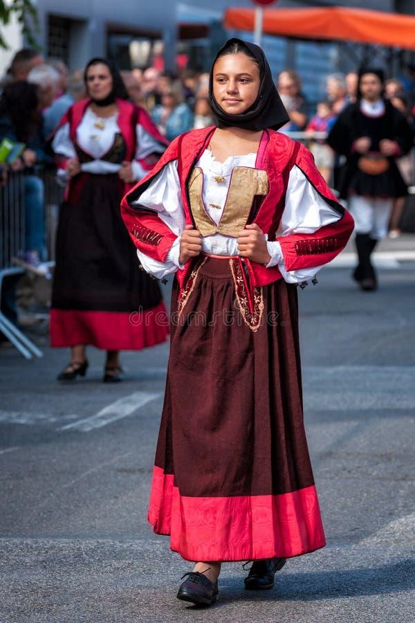 Сардиния, Италия Пиршество спасителя, традиционные костюмы проходит парадом стоковое фото