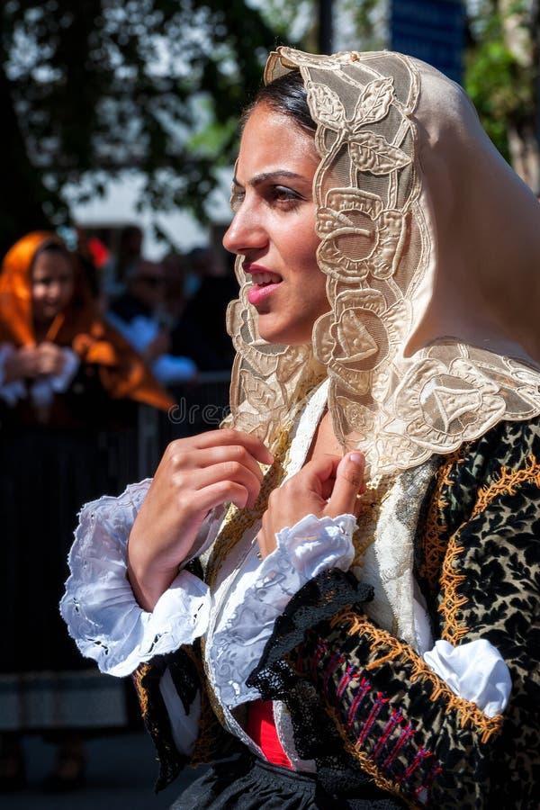 Сардиния, Италия Пиршество спасителя, традиционные костюмы проходит парадом стоковая фотография
