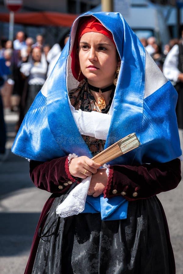 Сардиния, Италия Пиршество спасителя, традиционные костюмы проходит парадом стоковая фотография rf
