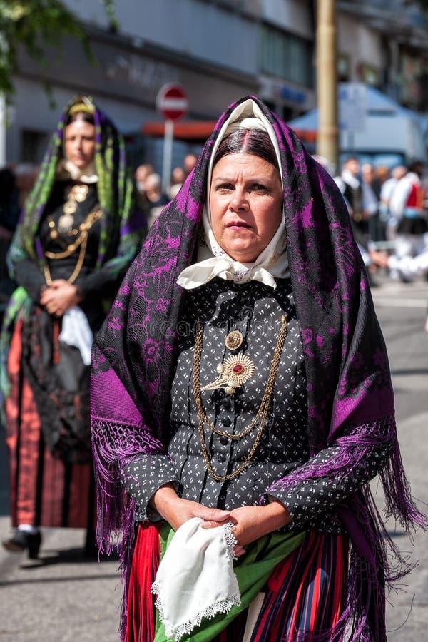 Сардиния, Италия Пиршество спасителя, традиционные костюмы проходит парадом стоковое фото rf