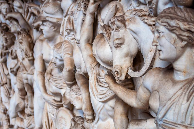 Саркофаг с Амазонкой и Ахилл с Penthesilea на восьмиугольном дворе дворца бельведера, музее Ватикана, Риме, Италии стоковые изображения rf