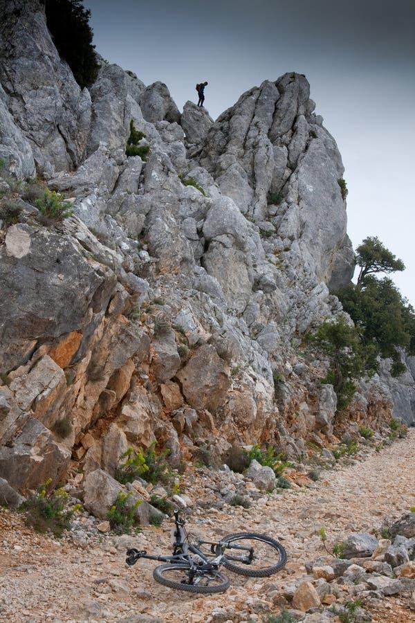 Сардиния между горами и морем - горным велосипедом катания стоковые фотографии rf