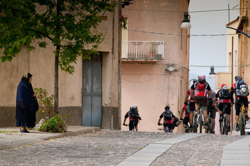 Сардиния между горами и морем - горным велосипедом катания стоковая фотография