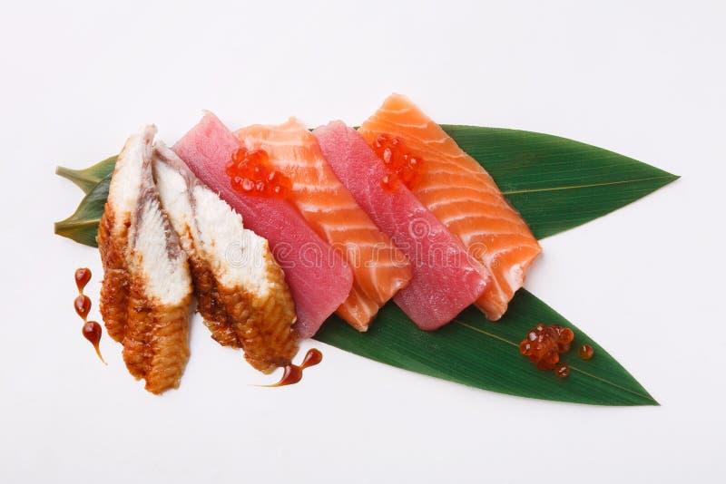Сасими свежих рыб установленный на бамбуковые лист стоковые фотографии rf