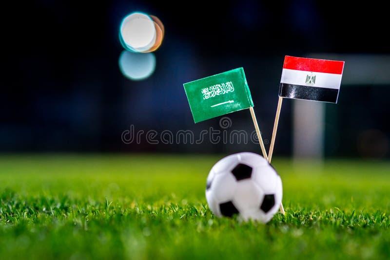 Саудовская Аравия - Египет, группа a, Monday, 25 Футбол -го июнь, кубок мира, Россия 2018, национальные флаги на зеленой траве, б стоковое изображение