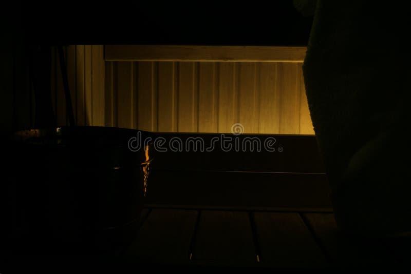 Сауна комнаты темной древесины разделяя, свет doft романтичный darkling стоковые изображения