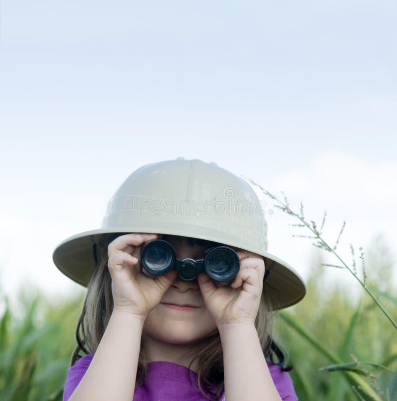 сафари шлема ребенка binocula ища детенышей стоковые изображения
