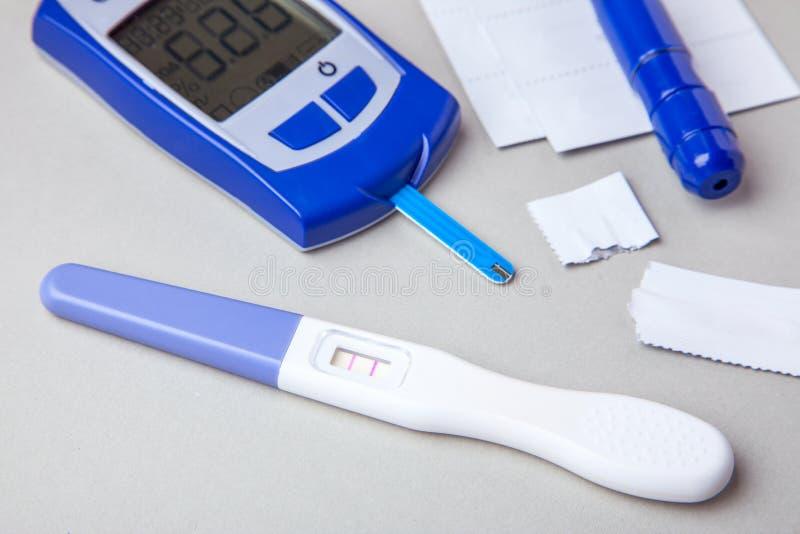 Сахарный диабет, увеличенный уровень сахара в крови в беременных женщинах Glucometer и положительное испытание для изменчивости стоковые фото