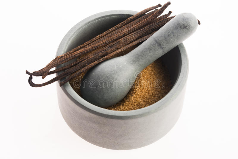 Сахар Брайна ванильный и ванильные фасоли в миномете стоковая фотография