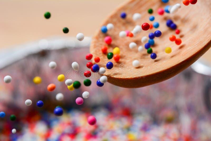 Сахар брызгает точки падает от ложки, украшения для торта стоковые фотографии rf