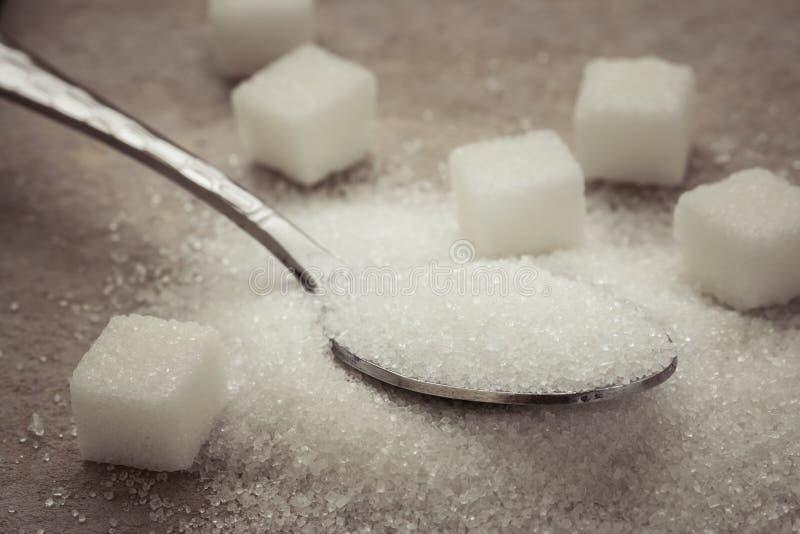 Сахар на нержавеющей ложке стоковые фотографии rf