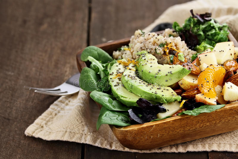 Салат авокадоа и квиноа с семенем Chia стоковые фото