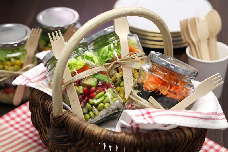 Салат в стеклянном опарнике стоковые изображения