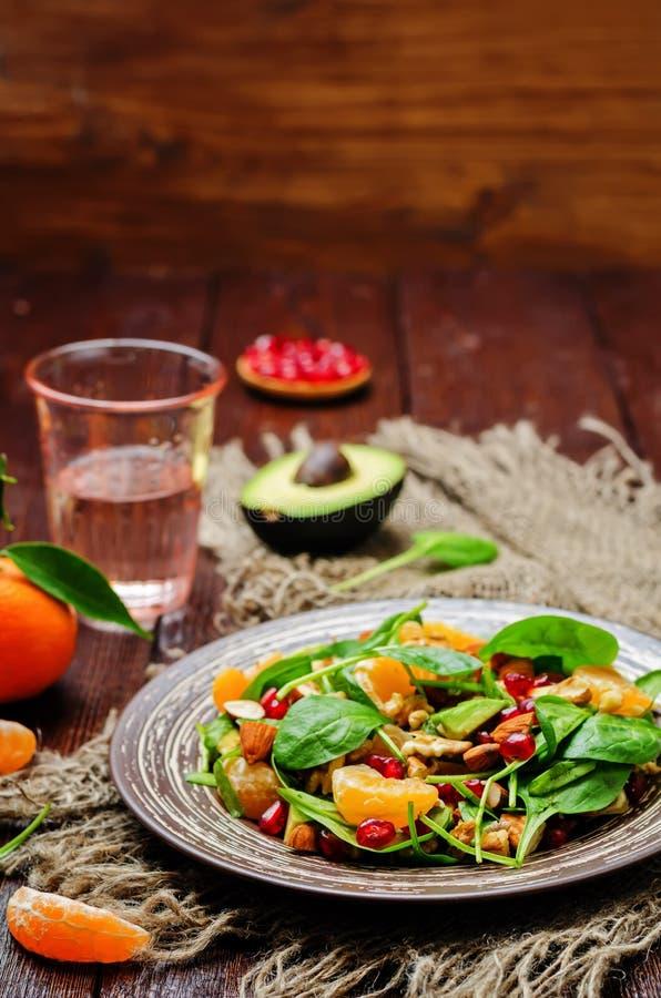 Салат грецких орехов миндалин авокадоа гранатового дерева tangerines шпината стоковое изображение rf