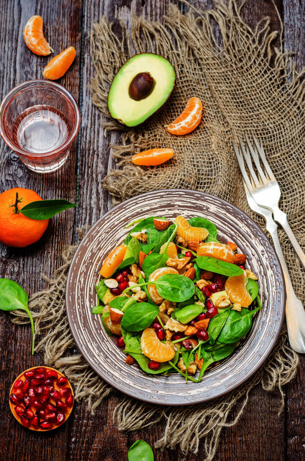 Салат грецких орехов миндалин авокадоа гранатового дерева tangerines шпината стоковое фото rf