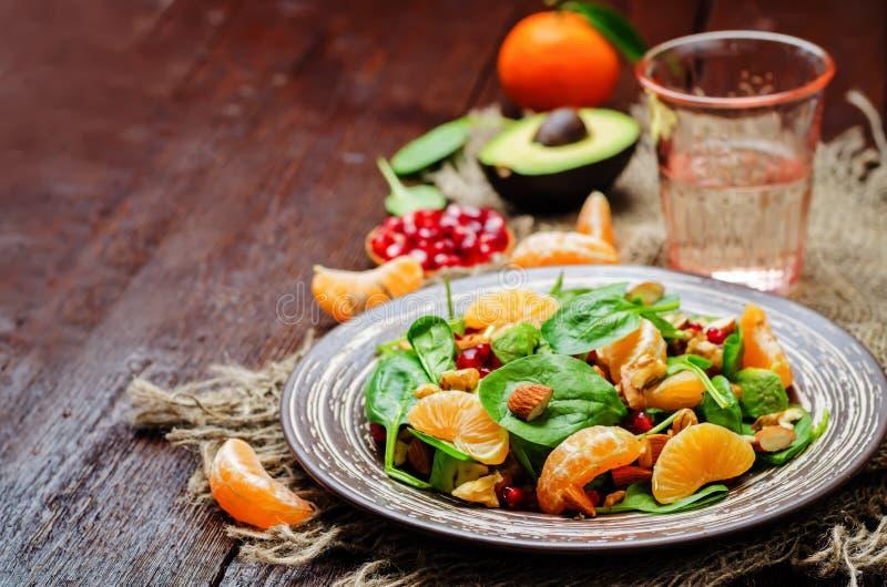 Салат грецких орехов миндалин авокадоа гранатового дерева tangerines шпината стоковые фотографии rf