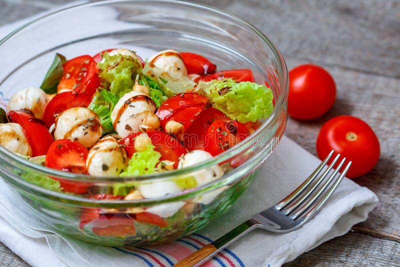 Салат лета с томатами, моццареллой и нутами стоковая фотография