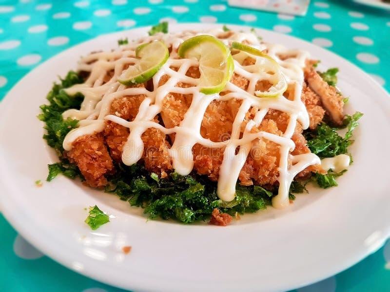 Салат из курицы покрытый с cream соусом стоковое фото