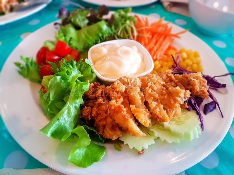 Салат из курицы покрытый с cream соусом стоковая фотография rf