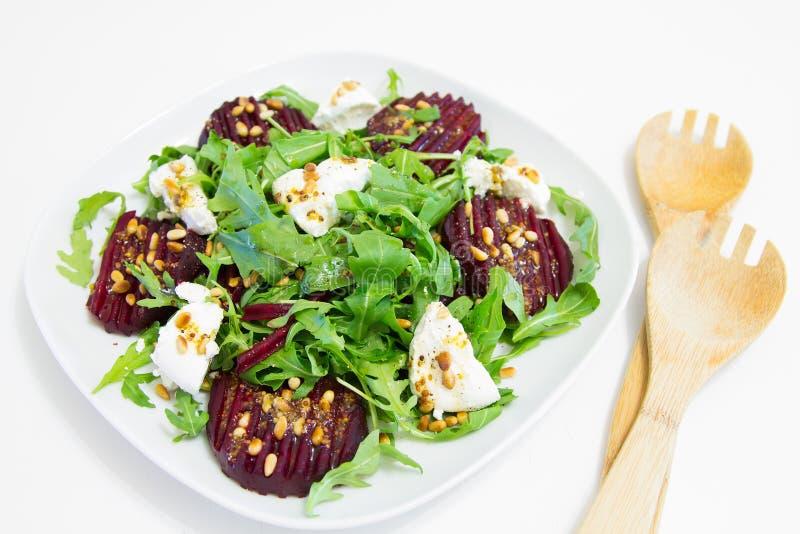 Салат испеченной свеклы, домодельных гаек козий сыра, arugula и сосны стоковые фотографии rf
