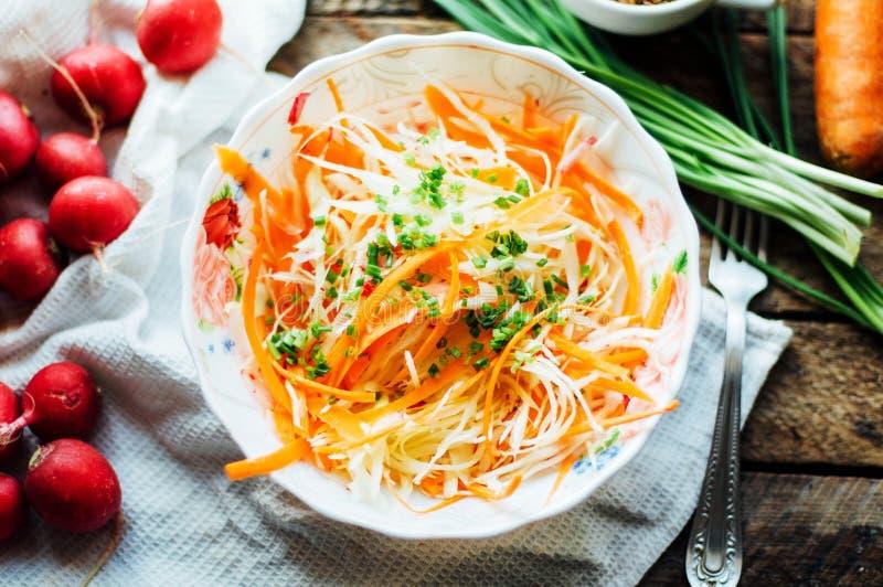 Салат капусты салат капусты с сладостной морковью, редиской, смычком внутри стоковые фото