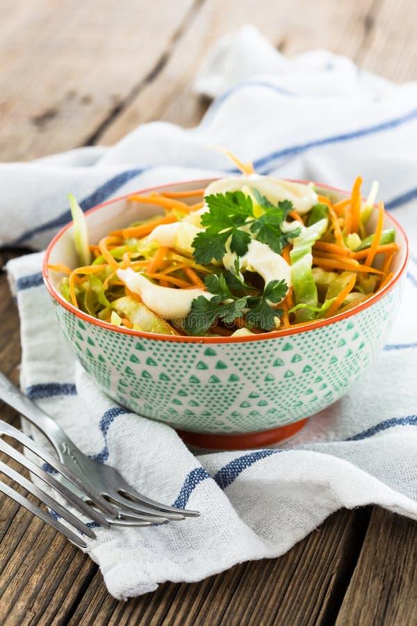 Download Салат капусты с морковью в шаре Стоковое Фото - изображение насчитывающей green, меню: 40591626