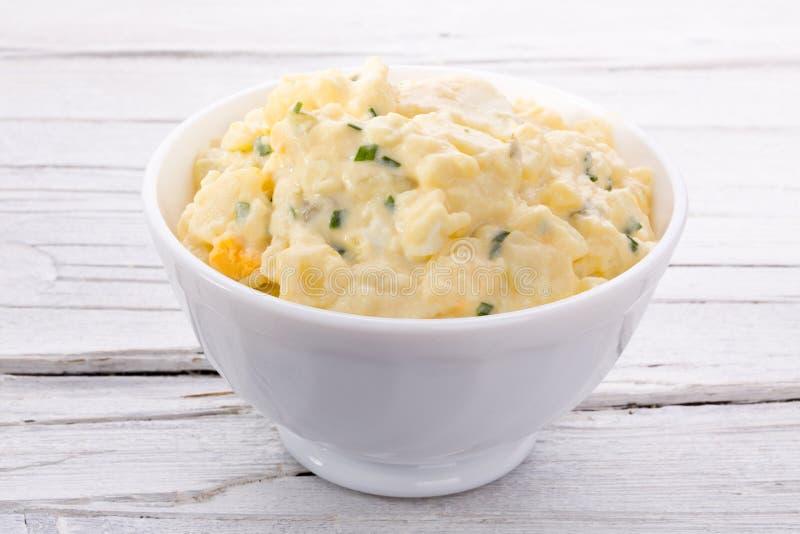 Салат картошки в белом шаре стоковые изображения