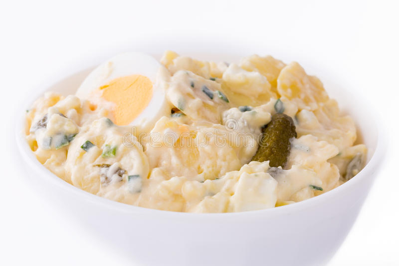 Салат картошки в белом шаре стоковое изображение