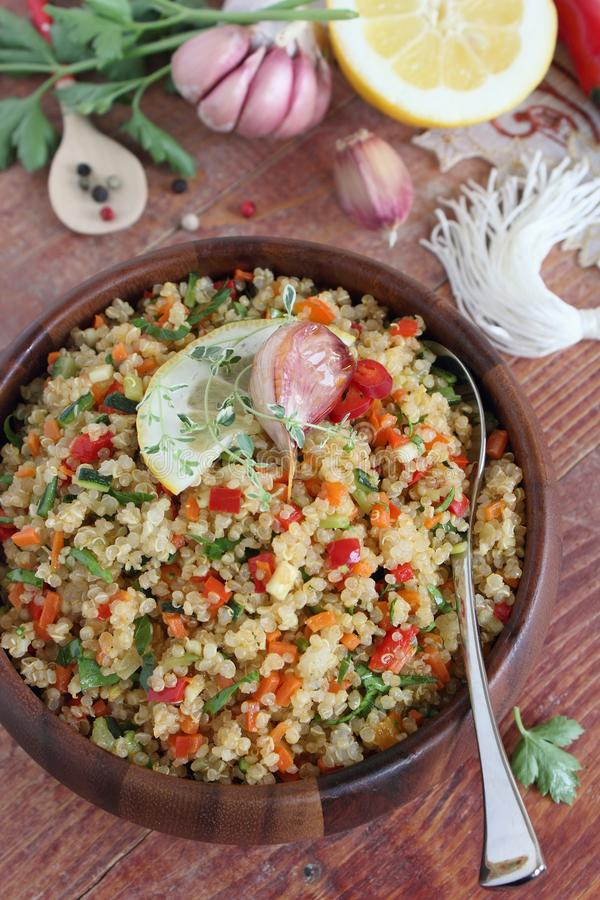Салат квиноа с овощами смешивает, лимон и тимиан стоковые изображения