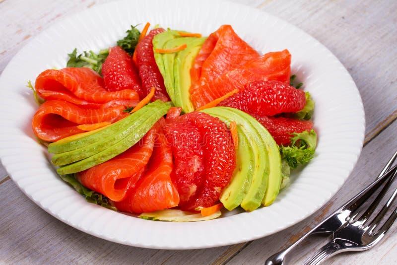 Салат копченых семг, авокадоа и грейпфрута стоковое изображение
