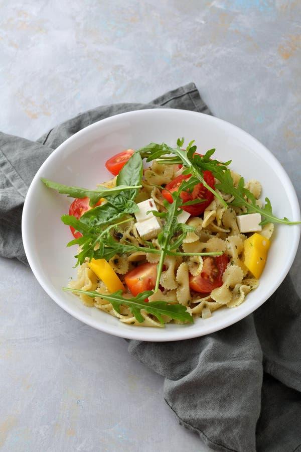 Салат макаронных изделий в белом шаре стоковые изображения