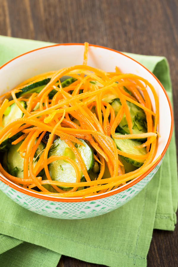 Download Салат огурца с морковью в шаре Стоковое Фото - изображение насчитывающей кашевар, julienne: 40591586