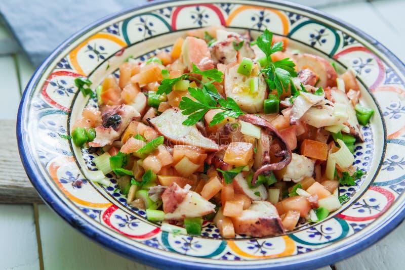 Салат осьминога на шаре стоковые фото