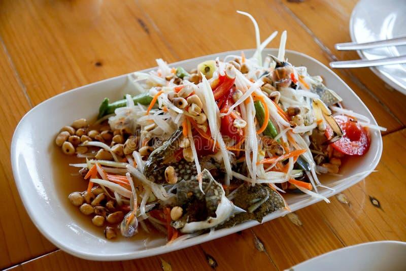 Салат папапайи с крабом лошади или синим крабом (тайская еда), стоковое фото