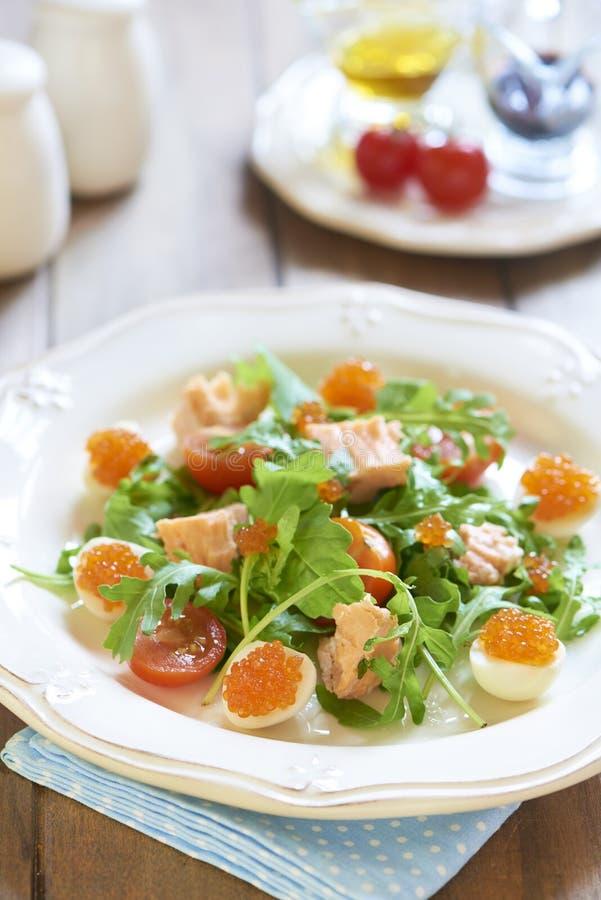 Салат праздника с семгами, яичками триперсток, томатами вишни и красной икрой стоковое изображение