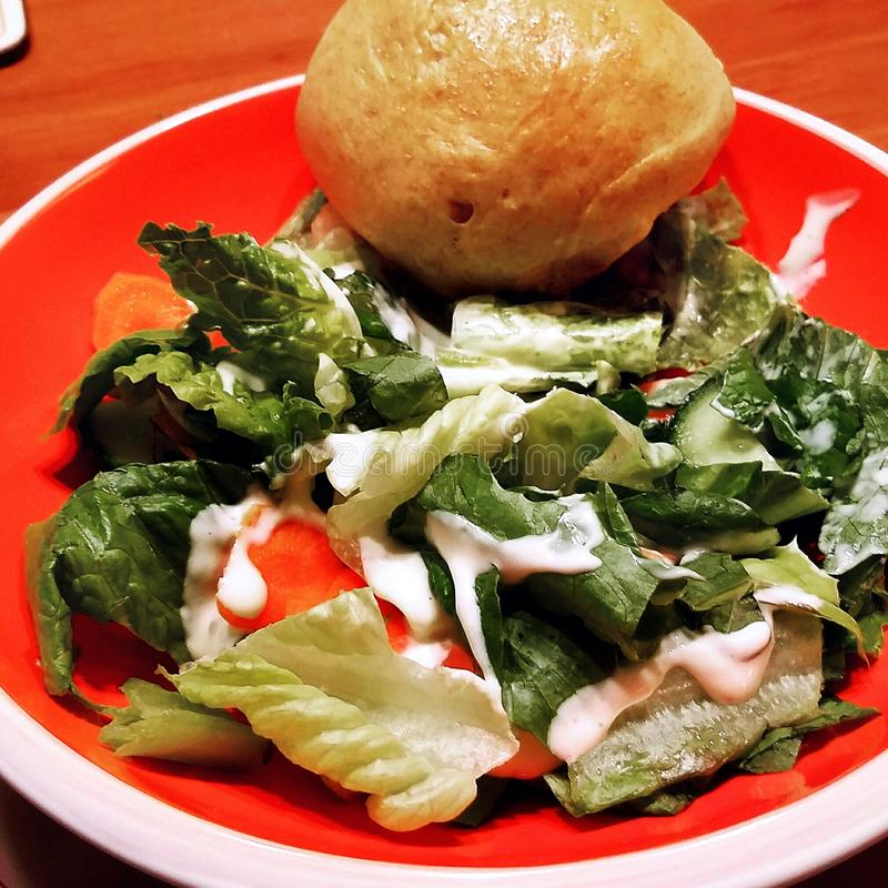Салат & плюшка салата стоковая фотография