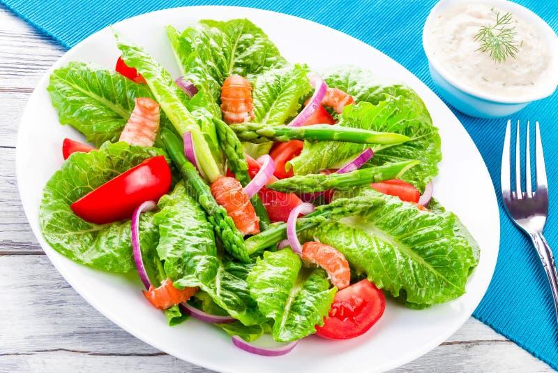 Салат раков с салатом cos, томатами, красным луком и asparag стоковое фото