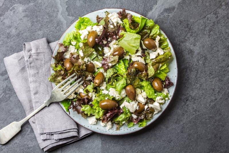 Салат салата с фета и оливками Взгляд сверху стоковые фото