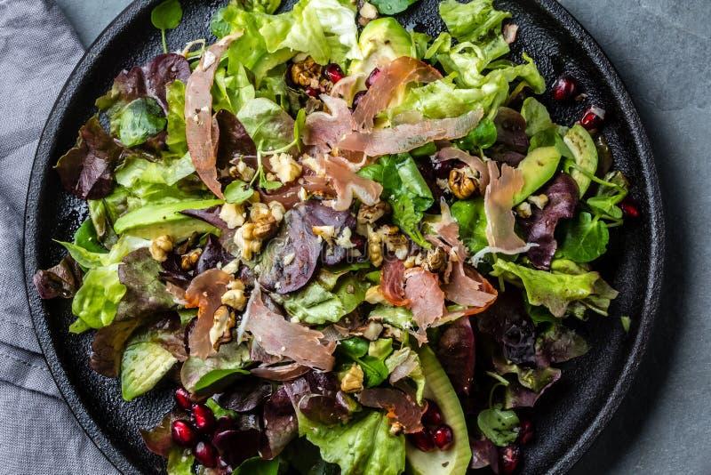 Салат салата с serrano и гранатовым деревом ветчины Взгляд сверху стоковая фотография