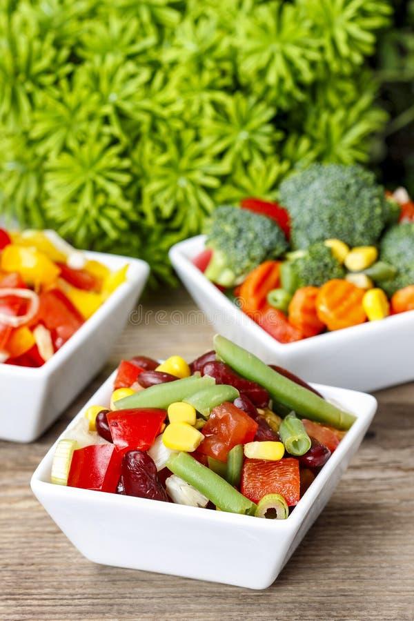 Салат свежего овоща в белом шаре Таблица партии весны стоковые изображения