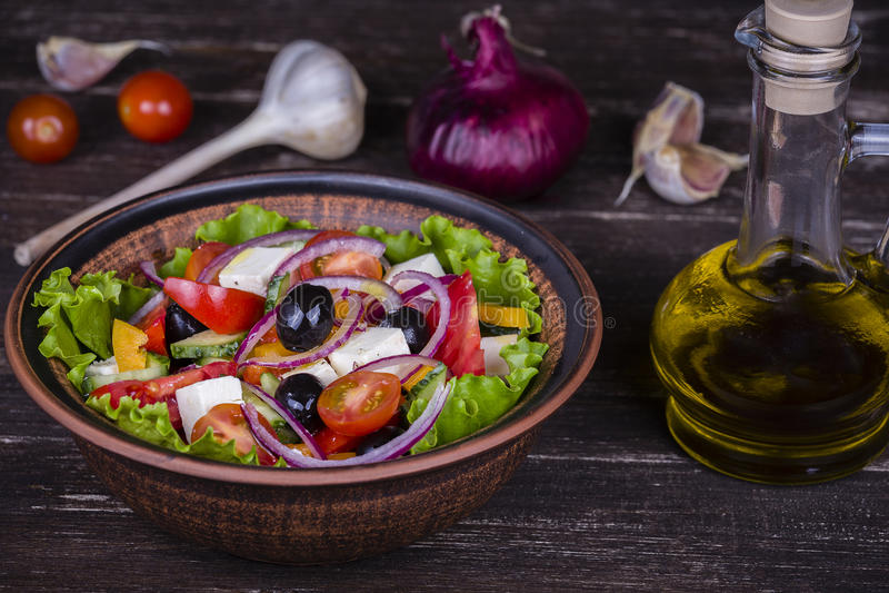 Download Салат свежего овоща греческий на таблице Стоковое Фото - изображение насчитывающей кулинарно, обед: 81810078